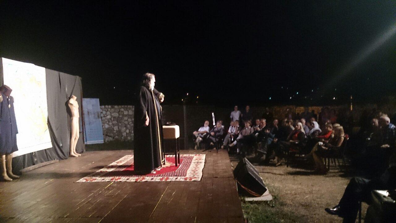 """Josip Pejaković sinoć na Starom gradu odigrao monodramu """"Bh. stend-drp tragedy"""""""